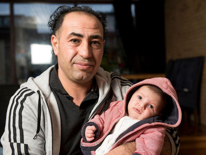 De Syrische vluchteling Mahmoud Alfarj met zijn pas geboren dochtertje Nour.
