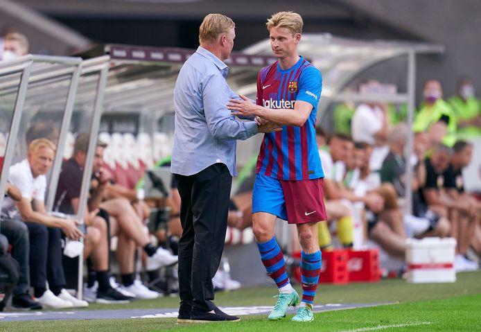 Barcelona-trainer Ronald Koeman (l) samen met Frenkie de Jong.