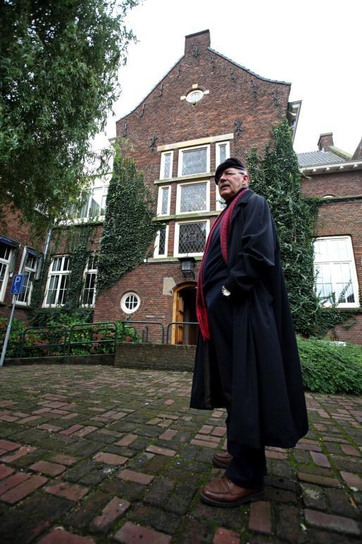 Hugo Groenwegen op de binnenplaats van het stadhuis.
