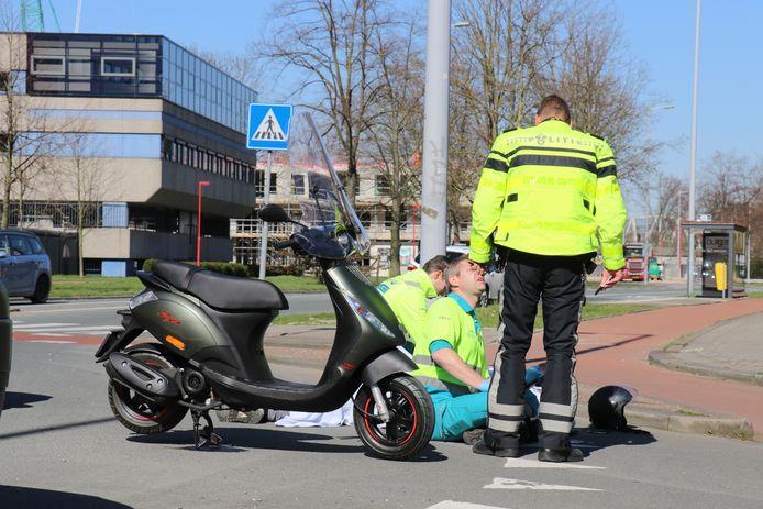 De scooterrijder is na een eerste behandeling ter plaatse naar het ziekenhuis gebracht.