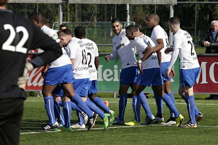 Gerson Pisas - in het shirt van Leonidas - wordt gefeliciteerd. Archieffoto