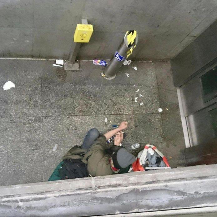 Verslaafden nemen drugs in de Alhambrawijk.