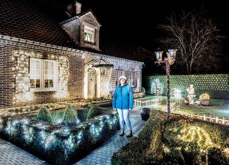 Martine (49) is getrouwd met Peter. Haar kersthuis vind je in de Driesstraat 90, Nieuwerkerke. Beeld Franky Verdickt