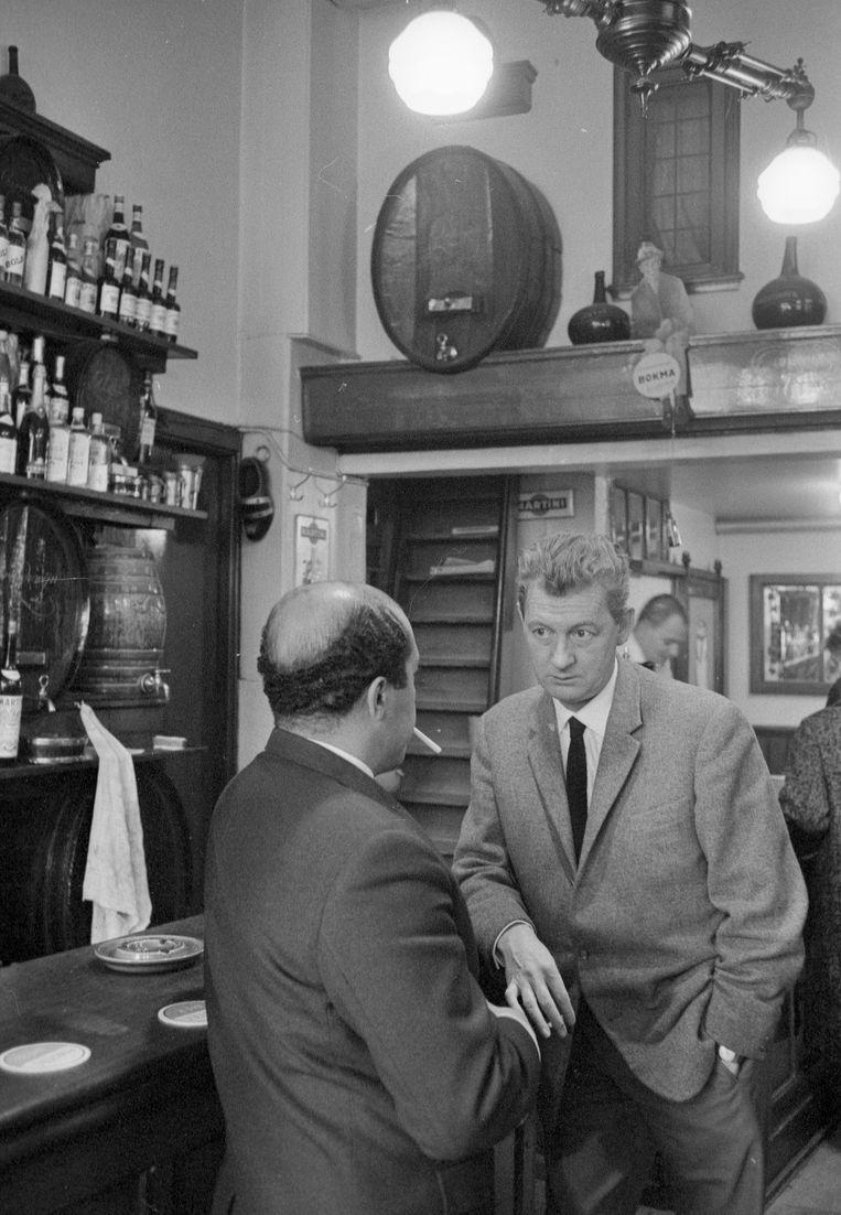 Simon Carmiggelt, 1961, in café Van Stelten, Amsterdam. Beeld Eddy Posthuma de Boer