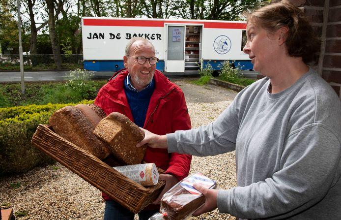Jan de Bakker neemt afscheid klant Albertine Blasse.
