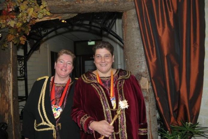 Prinses Esther de Eerste (rechts) en haar adjudant Metha.
