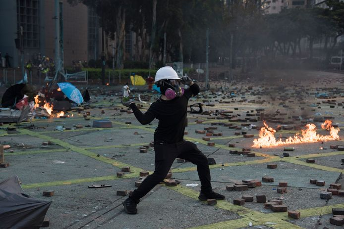 Betogers gooien met brandbommen.