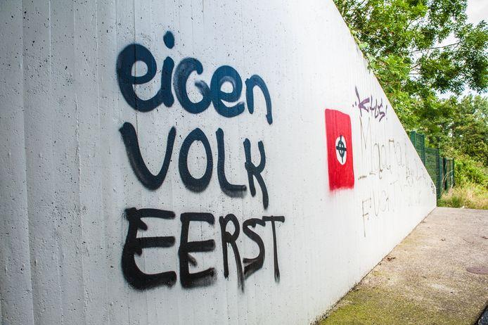 Het fietstunneltje bij de Winterdijk is beklad met racistische leuzen.