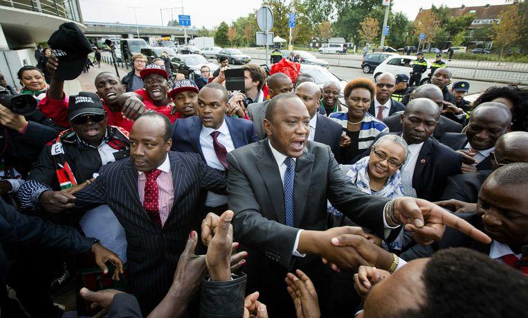 President Uhuru Kenyatta (M) van Kenia arriveert bij het Internationaal Strafhof (ICC). Een grote groep Keniaanse parlementsleden en inwoners van het land zijn speciaal naar Den Haag afgereisd om hun president te steunen. Beeld ANP