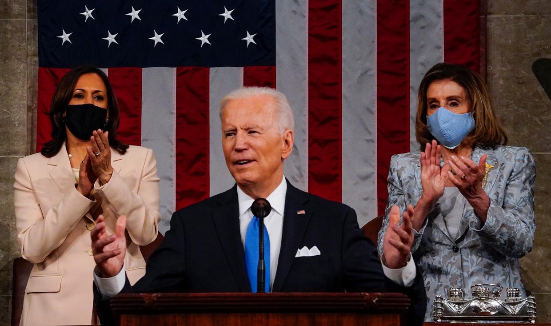 De Amerikaanse president Joe Biden spreekt beide kamers van het Congres toe. Achter hem vicepresident Kamala Harris (l) en de Democratische voorzitter van het Huis van Afgevaardigden Nancy Pelosi.