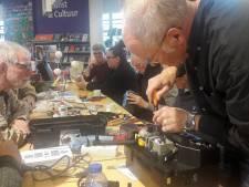Drukte in Almelose bibliotheek tijdens reparatiemiddag