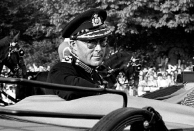 Prins Bernhard kijkt schalks achterom tijdens een rit door Den Haag. (FOTO'S JACQUES MEIJER) Beeld