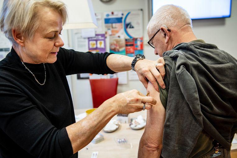 Beeld ter illustratie. Een vijftigplusser krijgt een griepvaccin. Beeld Hollandse Hoogte / Bert Beelen