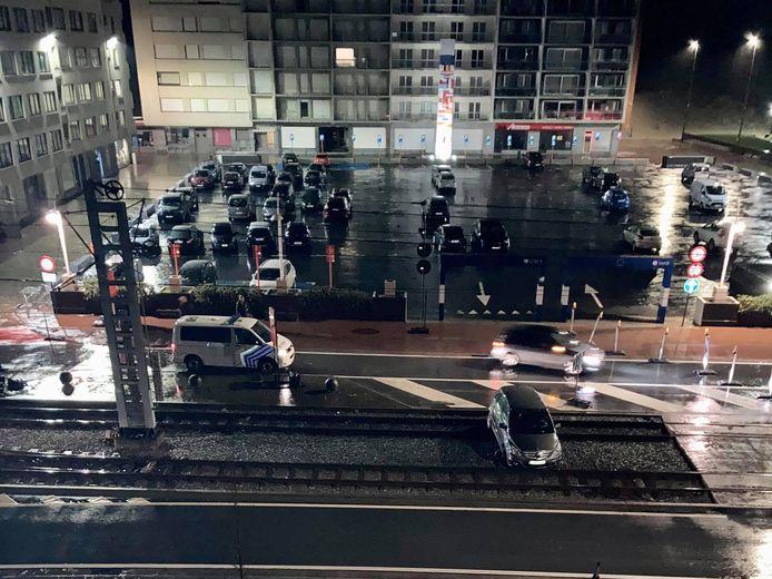 De auto staat vast op de tramsporen.