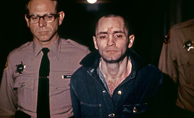 Charles Manson een paar jaar later, zonder baard en met hakenkruistattoo.  Beeld AFP