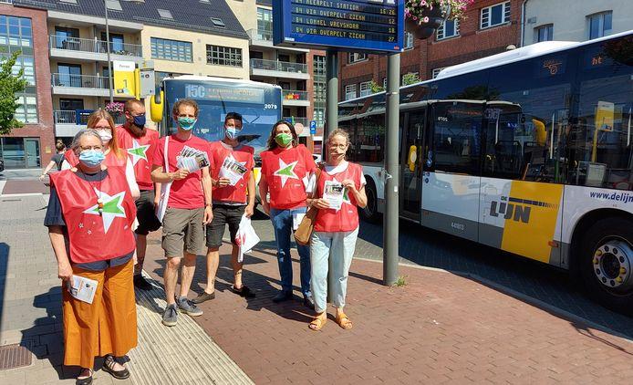 Leden van PVDA Kempen voeren actie aan het station van Mol tegen de enorme besparingen bij De Lijn.