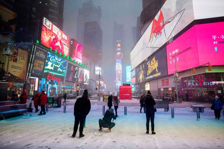 De eerste sneeuw in New York, vanmorgen op Times Square. Beeld AFP