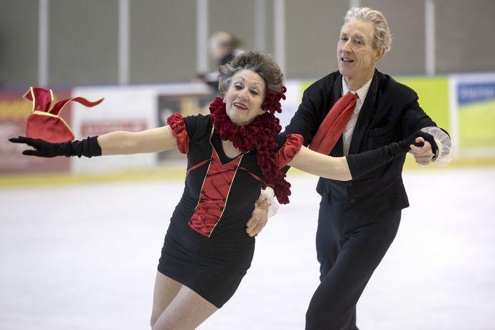 De 83- jarige Roosje Lampe Cordang en haar danspartner Jan Adriaansen op het ijs van het Sportiom.