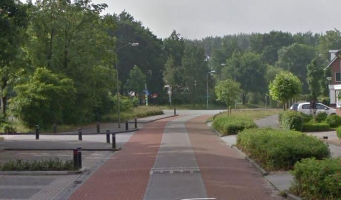 Het zebrapad in de Anne Franklaan komt ter hoogte van drie parkeerplaatsen links, naast de ingang naar de moskee.