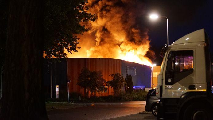 In Deventer woedt een grote brand in een metaalbewerkingsbedrijf.