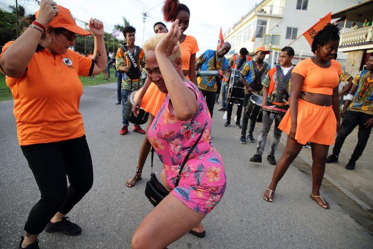 Aanhangers van de VHP, de grootste grootste oppositiepartij in Suriname, tijdens een campagne voor de parlementsverkiezingen van 25 mei. Beeld Ranu Abhelakh / ANP