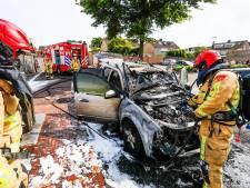 Even boodschappen doen gaat mis in Mierlo: auto brandt volledig uit op parkeerplaats van de Plus