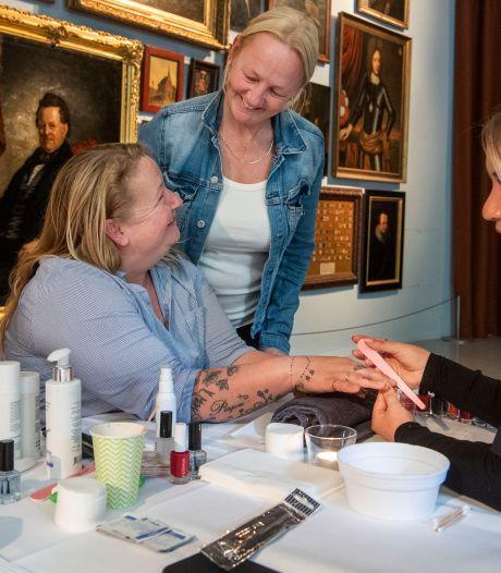 Eerste Wolkendag voor vrouwen die financieel in de knel zitten in Enschede: 'Ik knip mijn haar altijd zelf'