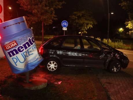 Twee auto's botsen op elkaar in bij tankstation in Schijndel