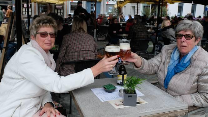 """Terrassen rond Mechelse markt lopen vol: """"Naar de markt gaan en een terrasje doen is een traditie"""""""