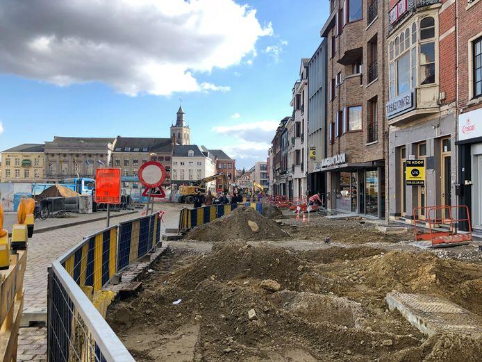 De stad wil na de heraanleg van de Grote Markt dat er uniforme terrassen komen.