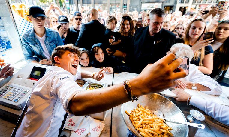 Lil'Kleine in zijn friettent De Belg in Amsterdam. Beeld ANP