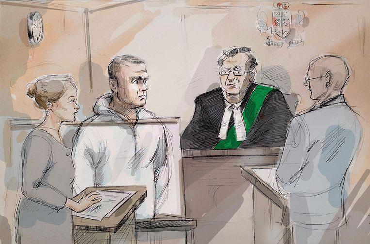 Alek Minassian (tweede van links) reed vorige week in Toronto opzettelijk tien voetgangers dood. Volgens de politie postte hij kort voor zijn daad op Facebook een bericht waarin hij haat uitte tegenover vrouwen. Verder zijn over zijn motief nog geen mededelingen gedaan. Beeld AP