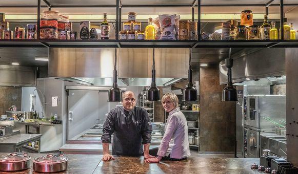 Chef-kok Frederik Desmet en restaurantmanager Anneke Lafaut in de open keuken van bistro Epic.