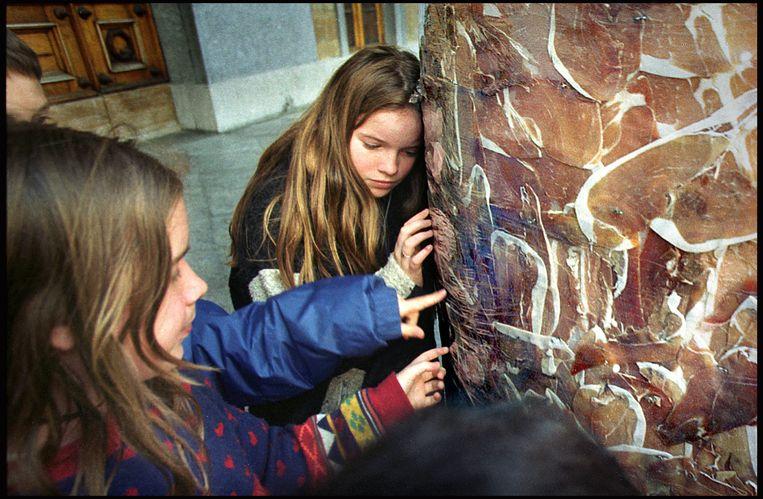 Kinderen bestuderen de 'hamzuilen' van Jan Fabre, tijdens de expo 'Over the Edges', in 2000.  Beeld Hollandse Hoogte / Koen Verheijden
