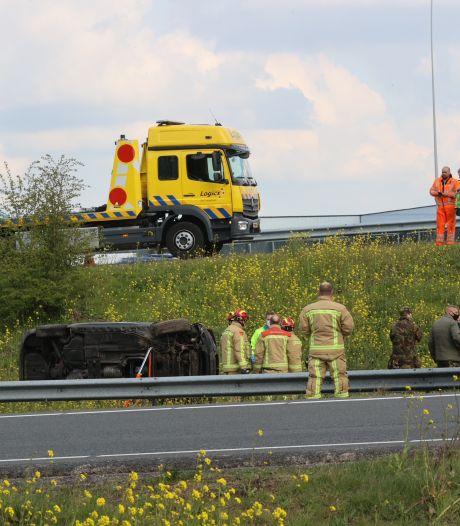 Ongeval bij Eindhoven: auto rijdt zo van de snelweg af en valt tussen de A2 en N2 in het gras