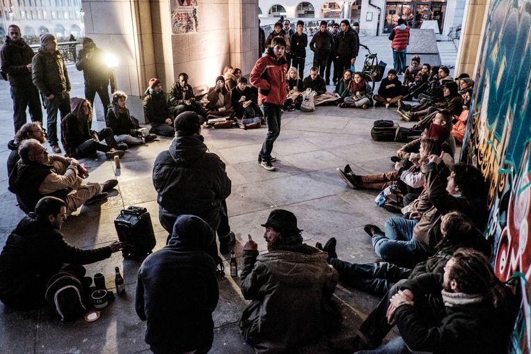 ¿ Een Nuit Debout, zaterdagavond op de Kunstberg in Brussel. Wat de invloed van de beweging in België zal zijn, is moeilijk te peilen. Daarvoor is de aanhang nog te klein. Beeld ©Bob Van Mol