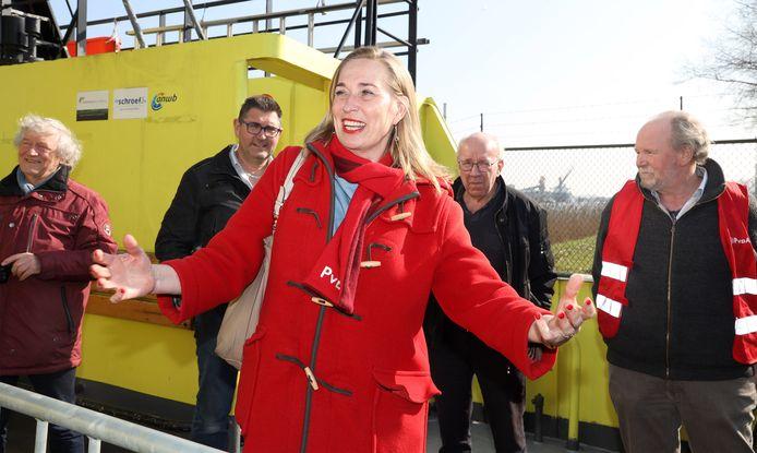 Barbara Oomen op de pont in Sluiskil, met op achtergrond Loek van Hecke, Jaak Martens, Co van Schaik en Cees Liefting.