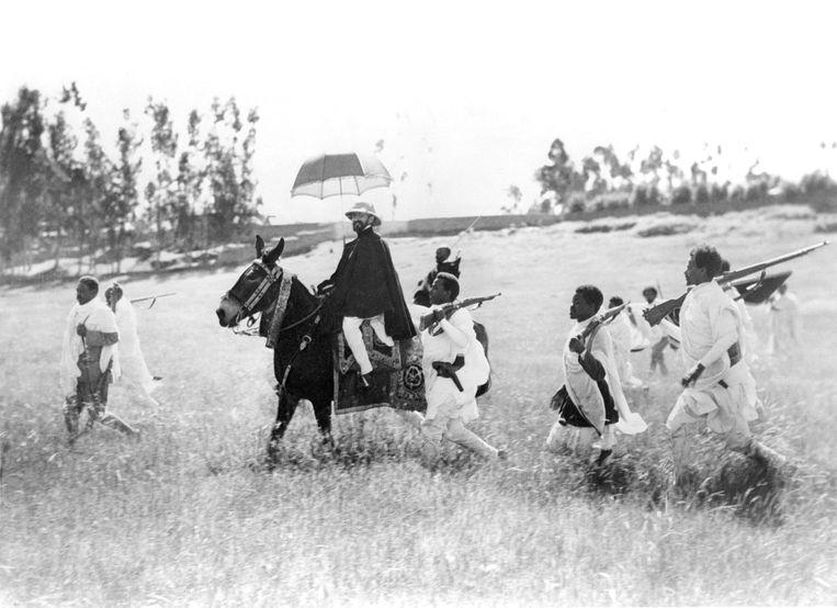 Haile Selassie is met zijn troepen op weg naar de strijd in het noorden van het Ethiopië in oktober 1935. Beeld Gamma-Keystone via Getty Images
