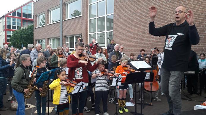 Leerlingen van de muziek- en dansschool Factorium in Goirle kwamen naar de gemeenteraad om te laten horen dat ze tegen de aangekondigde bezuinigingen zijn vorige maand.
