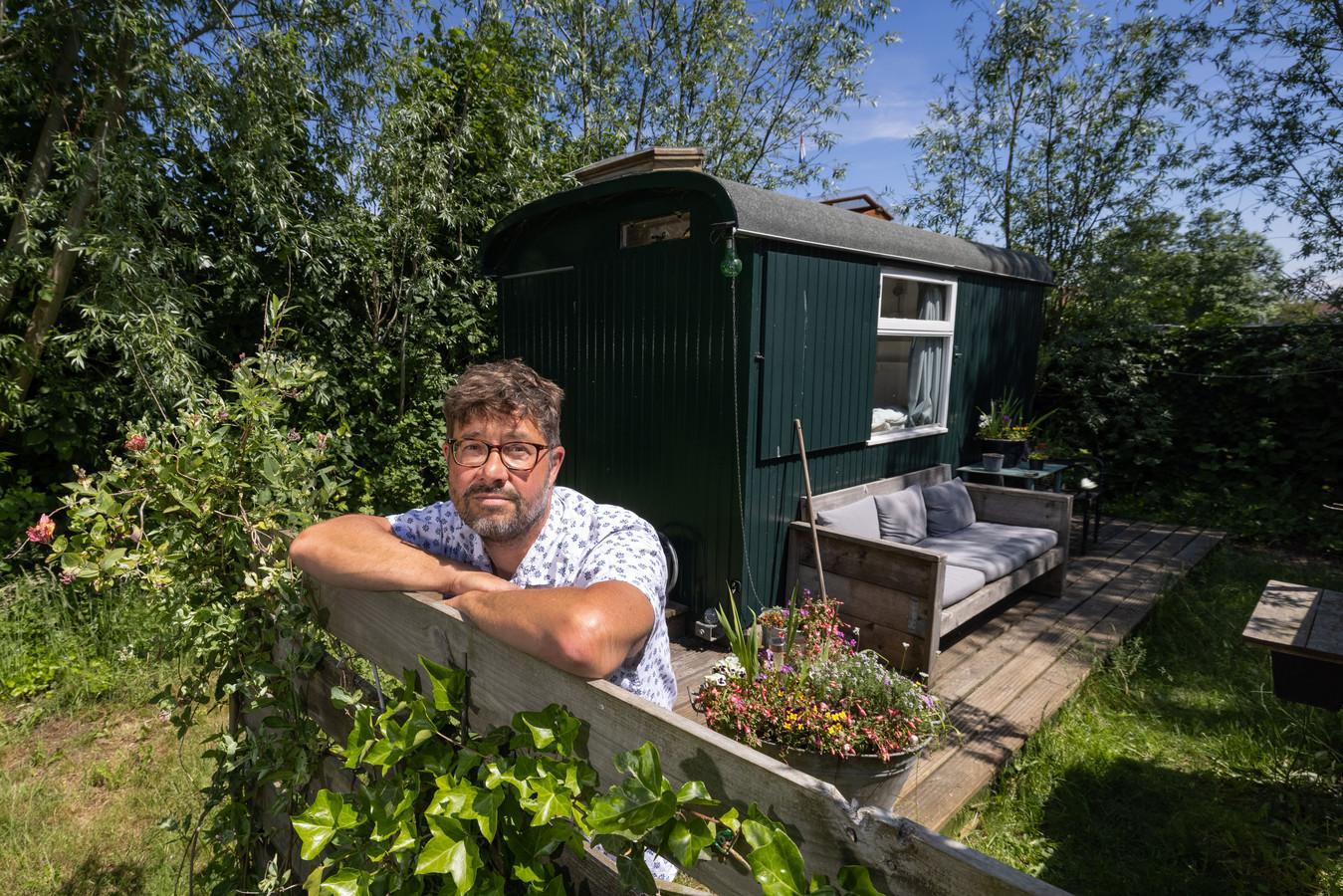 Simon Coupe bij de verbouwde schaftkeet in zijn achtertuin. Vergunningplichtig, stelt gemeente Kampen.