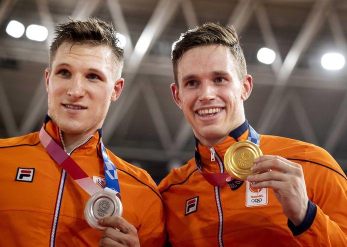 Jeffrey Hoogland (links) en Harrie Lavreysen showen hun medailles in Tokio. Op ... worden zij en alle andere Apeldoornse Olympiërs feestelijk ontvangen bij Omnisport.