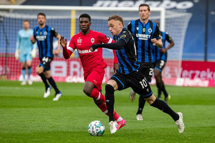 Noa Lang in actie tegen Royal Antwerp FC.