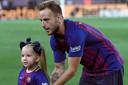 Ivan Rakitic en zijn dochter, voor aanvang van de eerste competitiewedstrijd tegen Alavés.