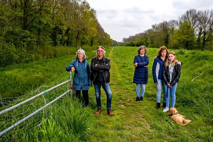 Bewoners van de Oosthavendijk in Middelharnis zijn niet blij met de plannen voor nieuwe randweg. In het midden Karen van Huijgevoort.