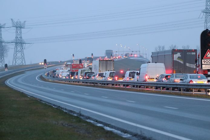 Op de Ramspolbrug staat het verkeer muurvast deze ochtend.