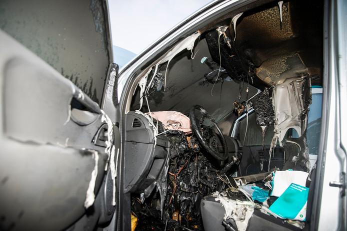 De binnenkant van de auto is verwoest.