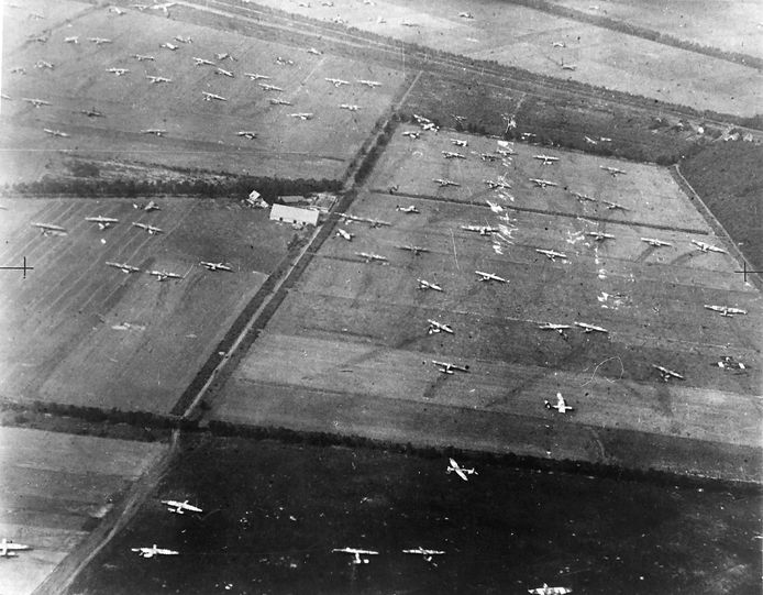 September 1944. Gliders (zweefvliegtuigen) op de landerijen bij Wolfheze. De laan met eikenbomen links in het midden, lopend vanaf de boerderij.