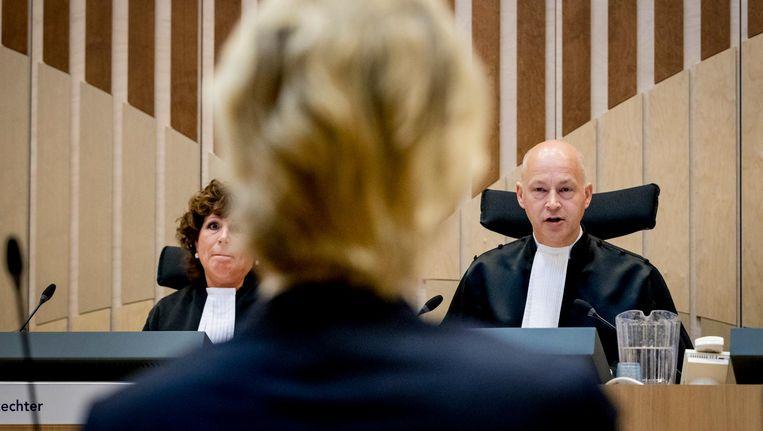 De rechters Elianne van Rens en Hendrik Steenhuis in het Justitieel Complex Schiphol voor het vervolg van de strafzaak tegen Geert Wilders. Beeld anp