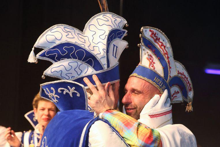 De neuje Prinsj krijgt zijn outfit van Prins Jurgen tijdens de Prinsenverkiezing in Halle.