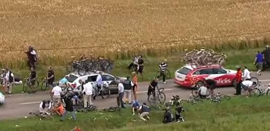Chaos in het peloton na een grote valpartij.
